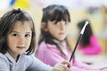 jong meisje verft in naschoolse opvang